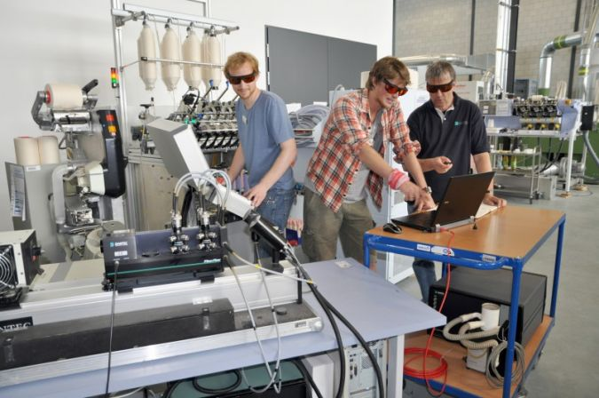 ITA-PhD-students demonstrate laser Doppler anemometry Photo: ITA