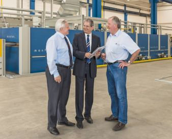 Responsible for machinery and process development: Head of Technology Peter Tolksdorf (centre) in talk with colleagues Jürgen Hanel (right) and Fr...