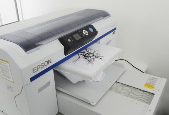 Direktdruck auf Textilien, wie hier mit dem Epson SureColor SC-F2000, ist ein zentrales Thema von Epson auf der Fespa (Stand 7K35). Photos: Epson