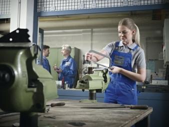 Corporate Fashion – heute wichtiger denn je. Denn das richtige Outfit sorgt für den professionellen Auftritt aller Mitarbeiter. Der textile Miet...
