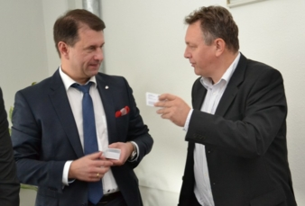 Michael Kynast, head of the Chemnitz trade fair mtex+ (r.), supported by the Moscow-based foreign trade expert Igor Salomakhin, established contact...