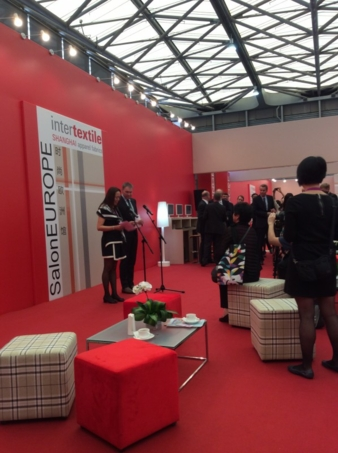 Wendy Wen und Olaf Schmidt togehter welcome the international press in the Salon Europe, Intertextile Shanghai