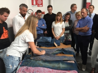 Alice Tonello, Marketing Tonello, präsentierte zahlreiche Jeans-Modelle und demonstrierte eindrucksvoll die Wirkung der verschiedenen Finishings